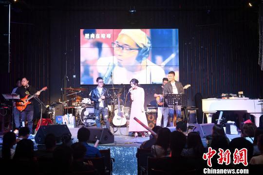 三位歌手在演唱中