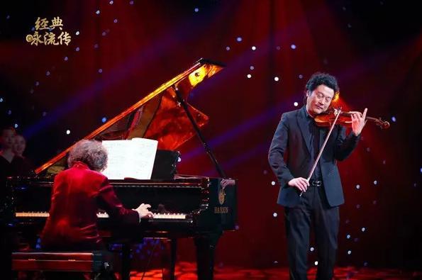 八旬钢琴大师再奏经典 撒贝宁合唱《我爱你中国》