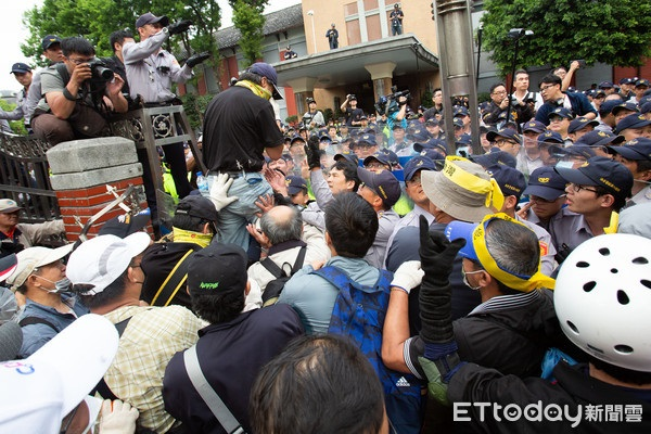 """八百壮士在台""""立法院""""前抗议"""