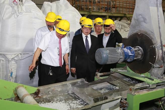 台南市长李孟谚参观石头如何变成纸张的过程