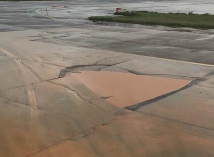 台湾一位资深机师爆桃园机场滑行道出现大坑洞,还充满土黄色积水