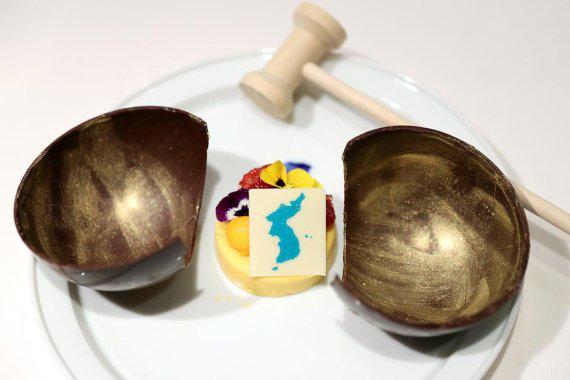 带着朝鲜半岛地图的芒果慕斯甜品