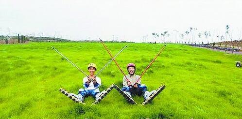 双龙潭生态运动景区欢乐滑草。