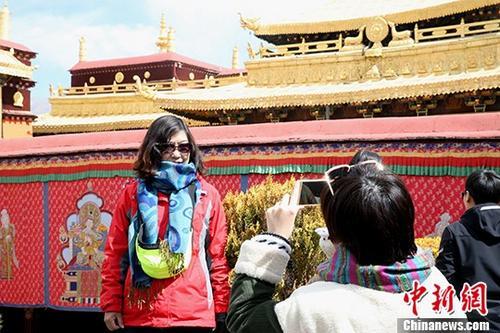 资料图:游客在大昭寺拍照留念。 中新社发 余文彬 摄