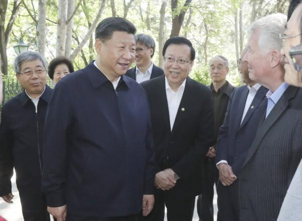 5月2日,中共中央总书记、国家主席、中央军委主席习近平来到北京大学考察。这是习近平在北京大学临湖轩北侧的小庭院看望部分资深教授和中青年教师代表,并同他们亲切交谈。新华社发(盛佳鹏 摄)