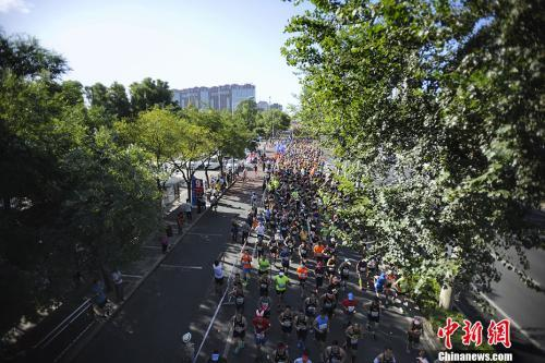 """资料图:""""马拉松热""""背后,中国办赛的各个方面还刚刚起步。中新网记者 李霈韵 摄"""