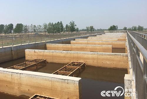 """预处理池可降低排放水中的悬浮物含量,但如果直接用于净化工业企业污水显得有些""""力不从心""""。(徐辉 摄)"""