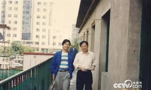 1984年,陆建新在深圳发展中心项目从事工程测量