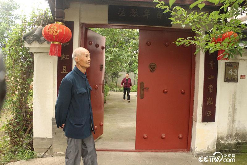 这是潘运钦老两口的新家,他们隔壁院子是儿子家。十年后,红豆村村民恢复了田园诗般的平静生活。(何川/摄)