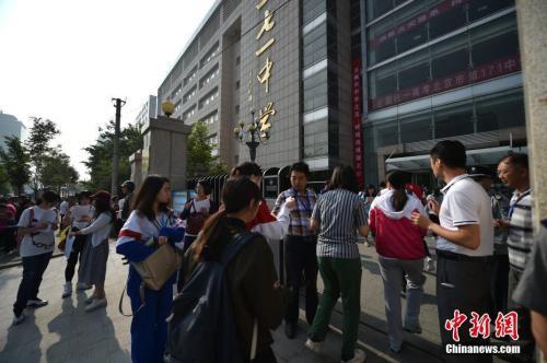资料图:2017年6月7日,2017年高考大幕正式拉开,北京市171中学考点的考生陆续进入考场。