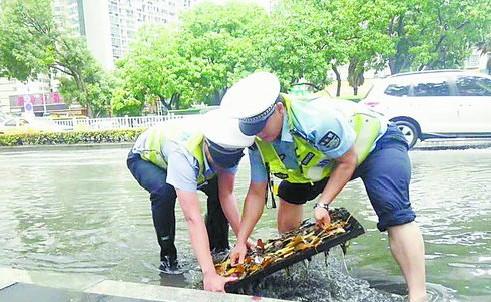 交警正在处理积水。