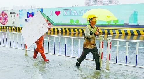 昨日中午一位工人拿着工地挡板遮雨。