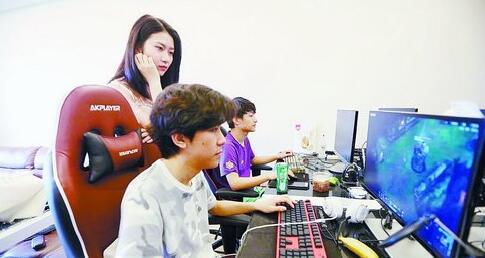 集美大学学生陆依辰(左)指导队员们训练