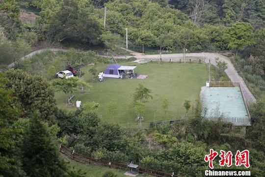 图为近日,游客在大湖乡姜麻园附近露营。中新社记者 陈小愿 摄