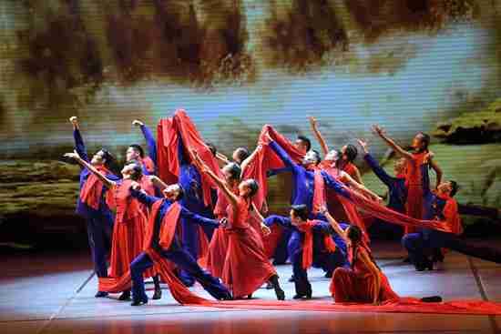 4月21日,全国大学生艺术展演开幕式上,上海戏剧学院的大学生正在表演舞蹈《黄河》。刘晓晶/摄
