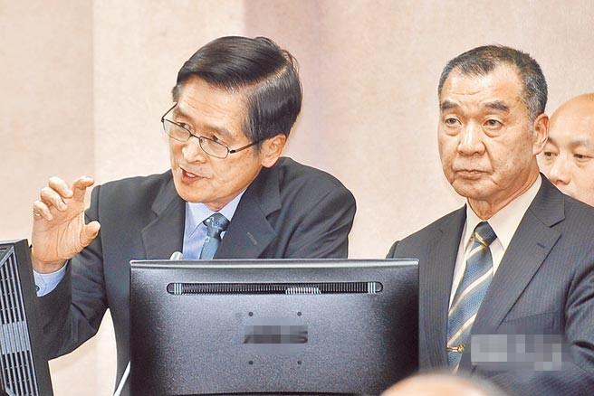 严德发(左)