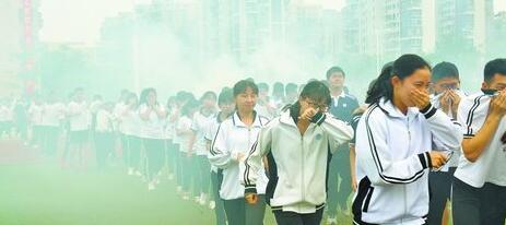 ▲学生演练紧急疏散