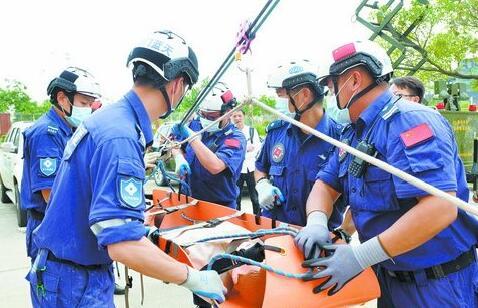 ▲蓝天救援队进行高空救援演练。(本版图片均为资料图)