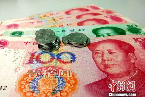 央行:加大市场决定汇率的力度,增强人民币汇率双向浮动弹性。李金磊 摄