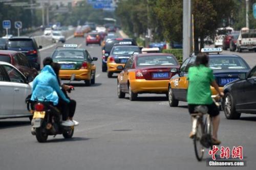 资料图:行驶在路上的各种出租车。中新网记者 金硕 摄