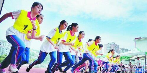 厦门一中考场女子组长跑考试现场