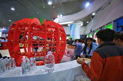 延安展览厅内展示的陕西苹果。(央视网 王莉莉 摄)