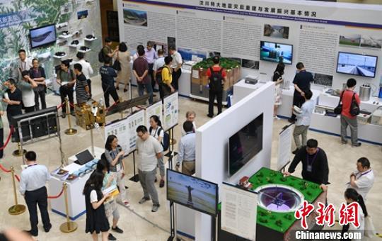 中国防震减灾成果展吸引了不少参观者。 刘忠俊 摄