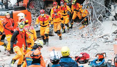 资料图:图为台消防队员参与今年台湾花莲地震的场景。