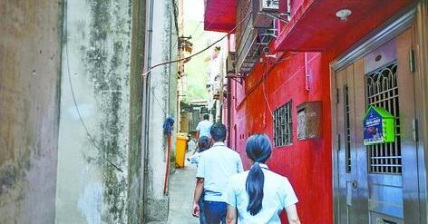 执行队伍穿过巷陌,直扑被执行人的住所。