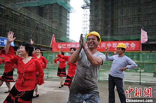 资料图:建筑工人。中新社发 张娅子 摄