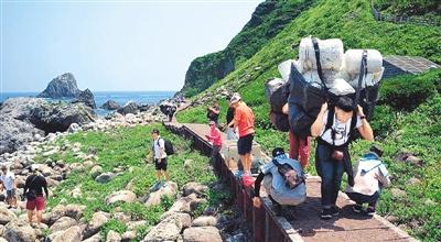 民众基隆屿净滩,清理垃圾。图片来源于台媒
