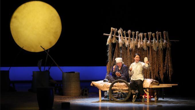 导演现代的西方视角别致生动,在戏中,一辆平板车铺就的床褥就是服仙和六团家徒四壁的窝 高尚/摄