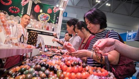 资料图:第十八届海峡两岸经贸交易会台湾名品馆内人潮涌动。