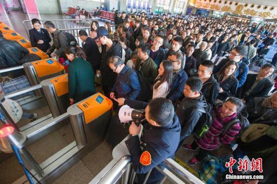 资料图:民众正在火车站排队检票。