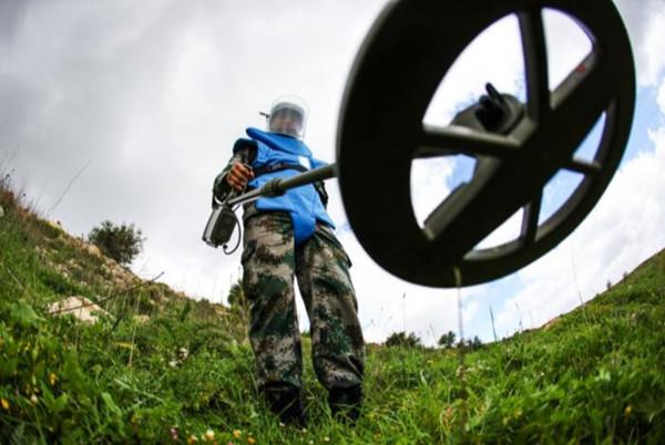 资料照片:中国维和部队军人在黎巴嫩南部进行清排探测作业。