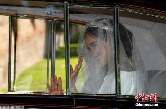 """哈里婚礼现场:哈里不停抹泪 新娘不宣誓""""服从"""""""