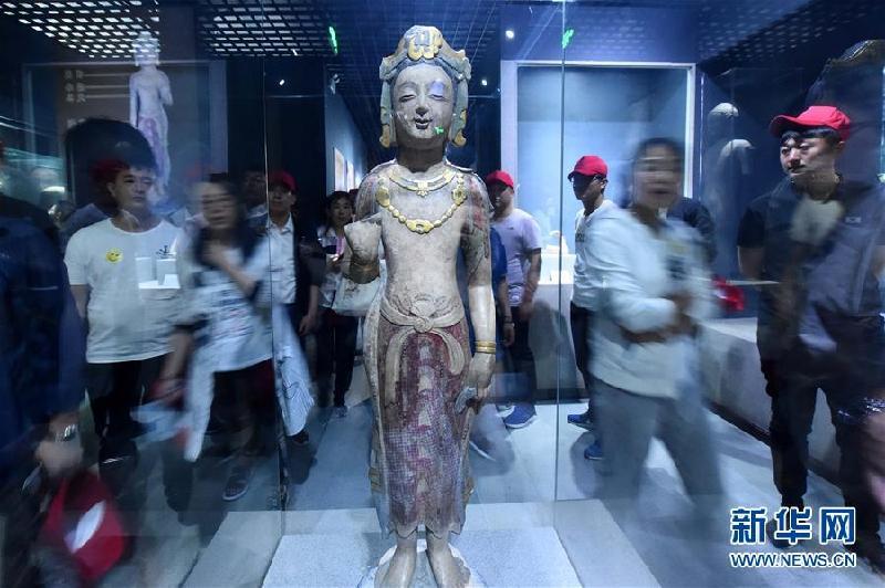 5月18日,观众在山东潍坊青州博物馆参观。
