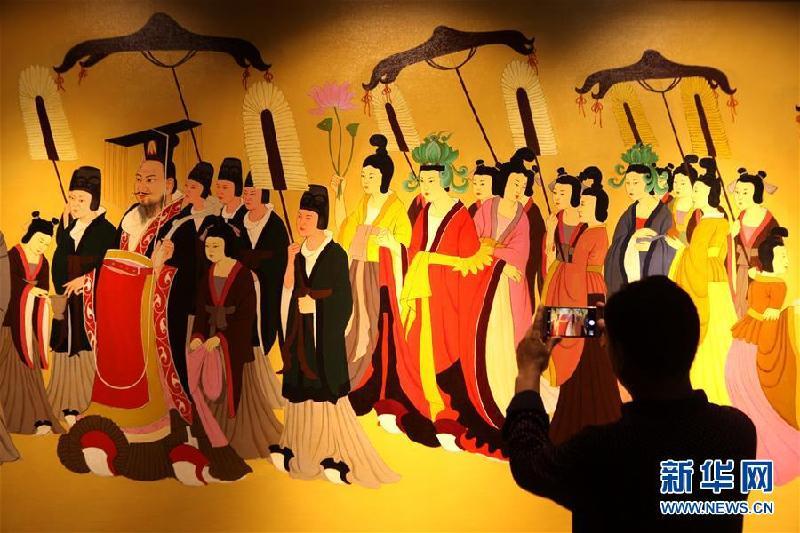 5月18日,观众在河北邯郸临漳佛造像博物馆参观。