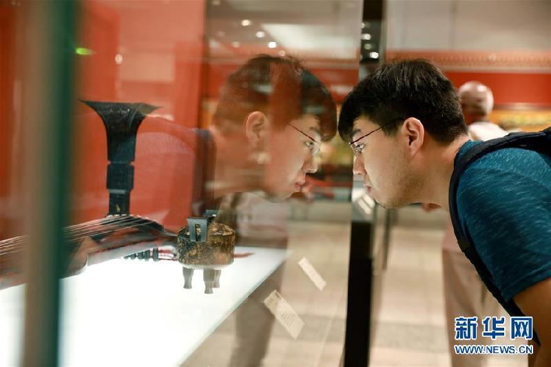 5月18日,一名游客在河北博物院参观。