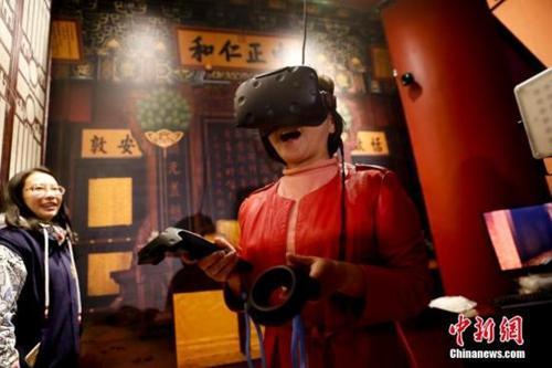 """资料图:故宫博物院院庆92周年之际,""""发现·养心殿——主题数字体验展""""在故宫端门数字馆全新亮相。图为运用VR技术参观养心殿。"""