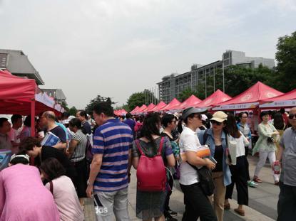 北京大学招生交流会现场,不少家长在咨询。