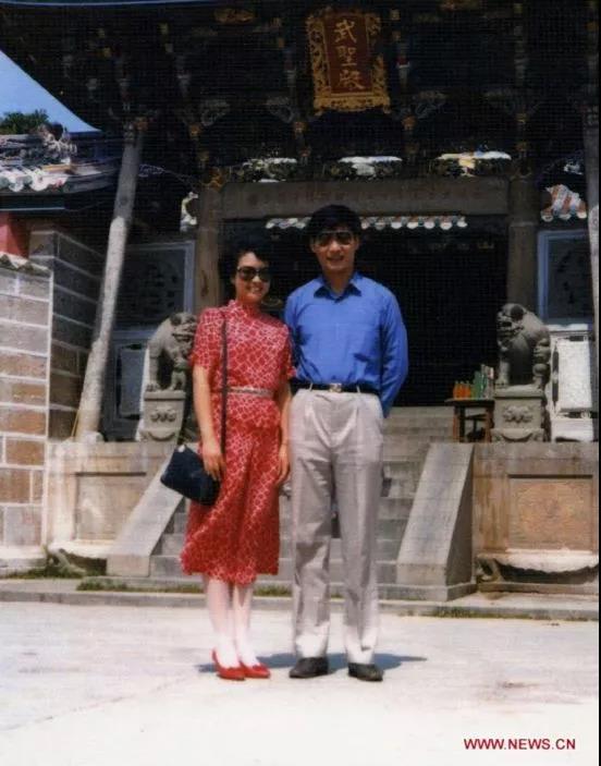 △1987年,习近平和妻子彭丽媛在福建东山岛。