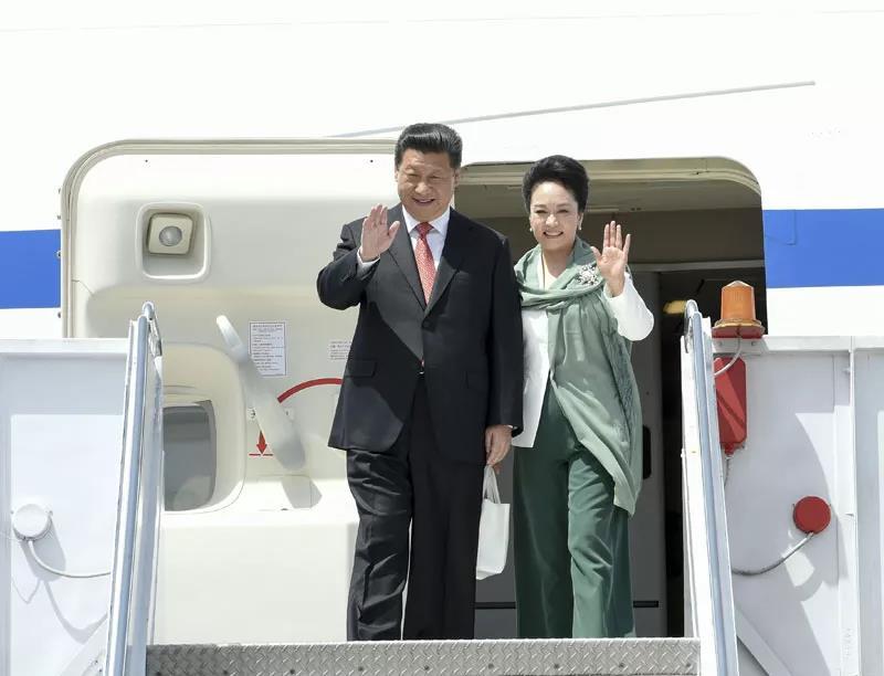 △2015年4月20日中午,国家主席习近平访问巴基斯坦。这是习近平主席和夫人彭丽媛向欢迎人群挥手致意。