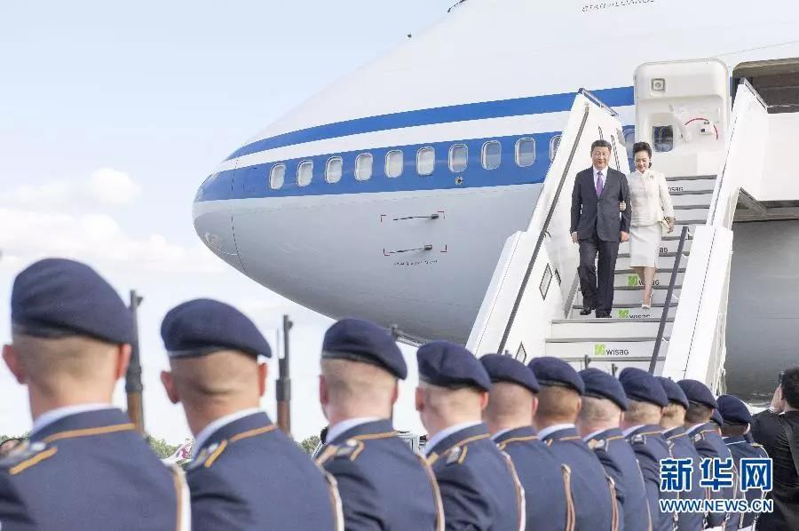 △2017年7月4日,国家主席习近平对德意志联邦共和国进行国事访问,习近平和彭丽媛手挽手走下舷梯。