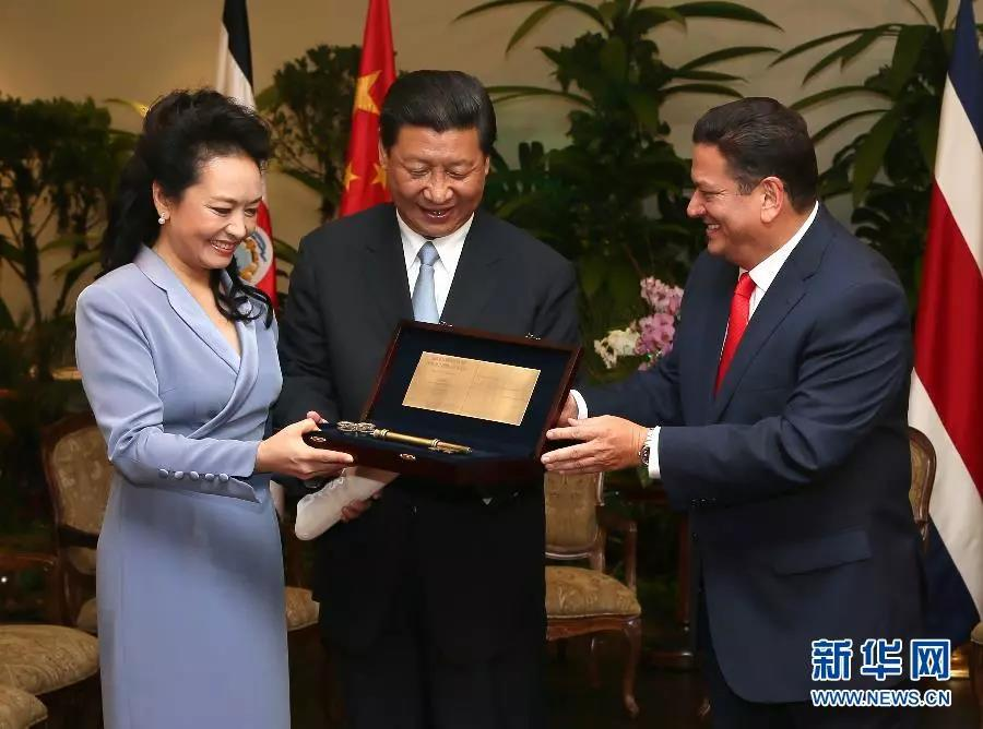 △2013年6月3日,中国国家主席习近平和夫人彭丽媛在哥斯达黎加首都圣何塞市接受该市市长阿拉亚授予的圣何塞城市钥匙。