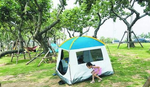 市民带着帐篷出游
