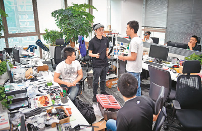 图为深圳科技园的大疆创新总部,研发人员正在讨论。