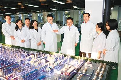 对外开放为许多中国学生出国学习创造了机会,出国学习可以开阔视野,增加学识。许多学子学成之后回国工作,为中国发展贡献自己的力量。   图为在北京全国科创中心怀柔科学城,学成归国的中科合成油技术有限公司总经理、首席科学家李永旺(右四)和他的研究团队在一起讨论。如今,中科合成油与神华集团合作投产成功煤制油项目,已居世界全面领先地位。   新华社记者 金立旺摄