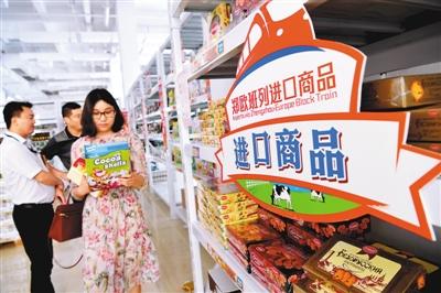 """""""海淘""""成了中国人购物的新方式。   图为郑州市民在河南郑州郑欧班列进口商品展示中心购买进口商品。   新华社记者 朱 祥摄"""