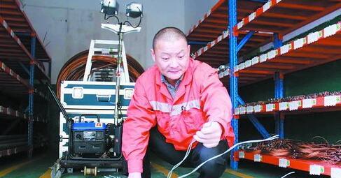 厦门供电段的工作人员制作驱鸟刺
